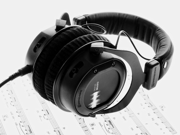 Different Types of Studio Headphones:  Circumaural Headphones vs. Supra Aural Headphones